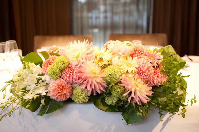 春らしい\u201cパステルカラー\u201dの会場装花が木目調の会場にぴったり