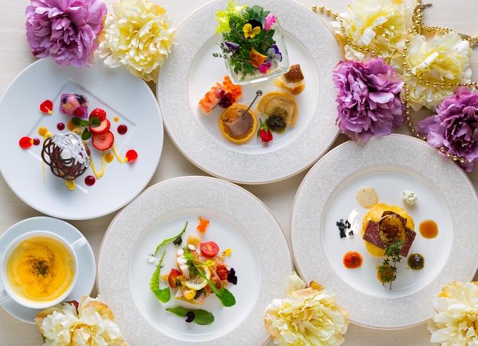 パーティーの流れに沿ったタイミングで提供する料理や、写真付きのオリジナルメニューブックなど、 結婚式という特別な1日にふさわしい特別なお料理で、全てのゲスト